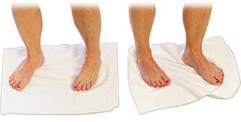 تمرین جمع کردن حوله و چرخاندن برای درمانشکستگی انگشتان پا