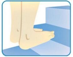 انداختن وزن بدن روی قسمت جلویی پا در هنگام بالا رفتن از پله برای اصلاح خار پاشنه