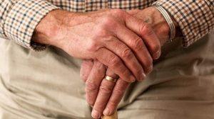 درمان و توانبخشی بیماری پارکینسون با ماساژ، طب سوزنی و آب درمانی