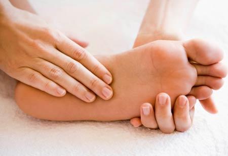 ماساژ برای درمان خواب رفتن دست و پا
