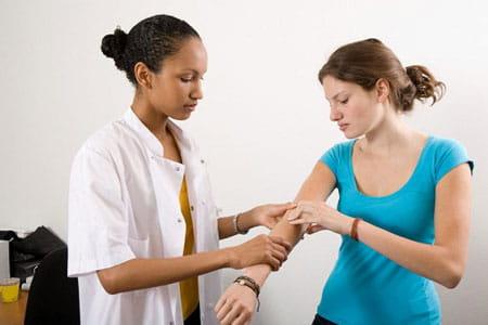 جا انداختن برای درمان دررفتگی آرنج