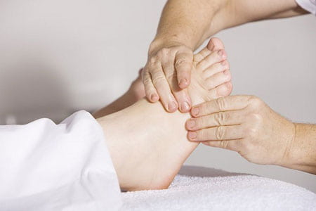 درمان پیچ خوردگی مچ پا با ماساژ