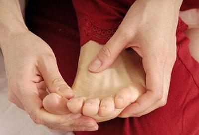 چه عوارض ممکن است باعث سر شدن انگشت شست پا شود؟