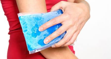 کمپرس یخ برای درمان دررفتگی آرنج
